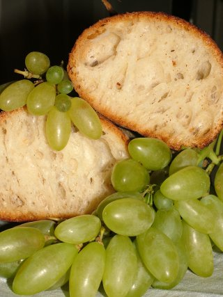 Fresh Italian bread and Pizzutello grapes